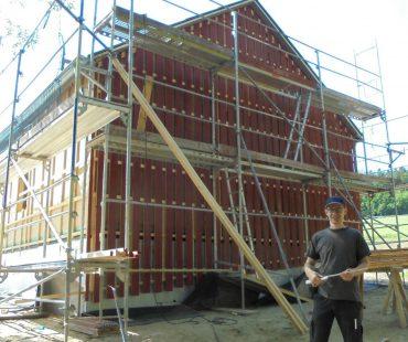 dach+holzbau- Redakteur Stephan Thomas vor Holzrahmenbau von Holzbau Vorderwisch