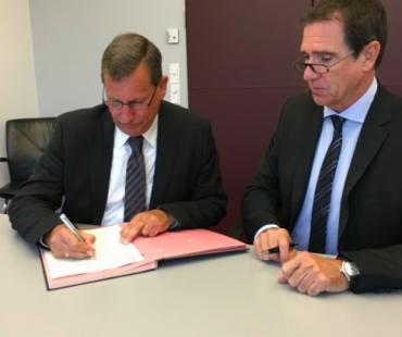 Reinhard Röse, Immobilienmanager Bethel (links) unterzeichnet den Vertag
