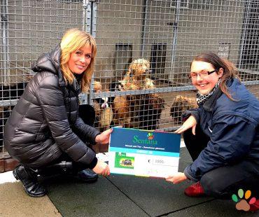 Spendenübergabe: Marita Durchholz und Nadine Zimmermann - stellvertretende Tierheimleiterin