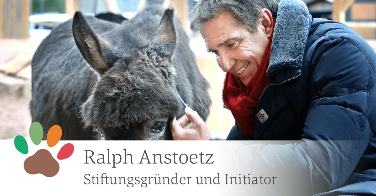 Sentana Stiftungsgründer und Initiator Ralph Anstoetz streichelt liebevoll einen Esel.