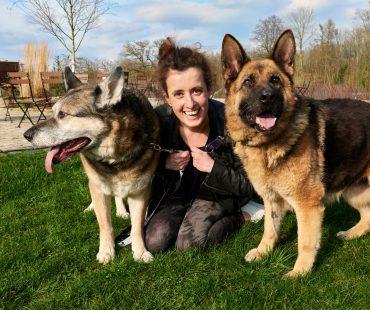Sira mit Frauchen Jenny und Hundekumpel Tiger